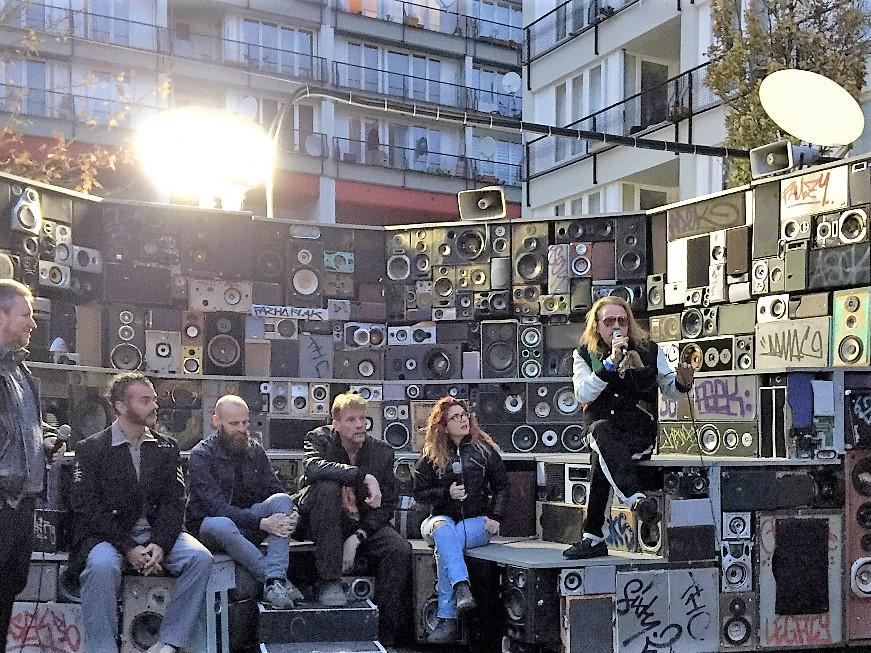 Carsten Lisecki kooperierte mit der Galerie Zwitschermaschine um in seinem Format Zukunftsforschung Stadt, die Entwicklung des Urbanen Raumes aus den Agenturen und Ämtern zu holen.